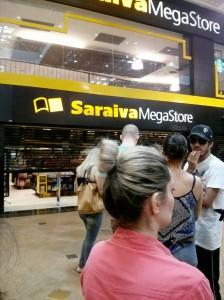 Fila da Saraiva para comprar ingresso do show do Maroon 5