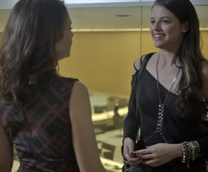 Verdades secretas Giovanna contando tudo a Carolina